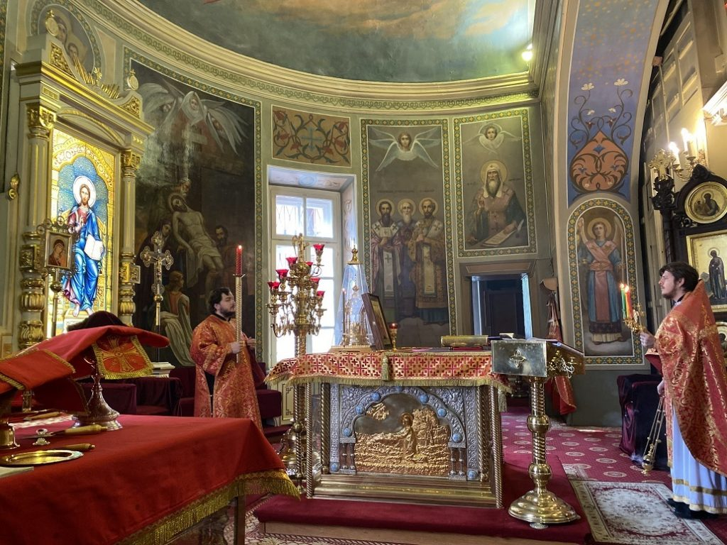 Божественная литургия в праздник Отдание праздника Пасхи в храме иконы Божией Матери Нечаянная Радость в Марьиной Роще